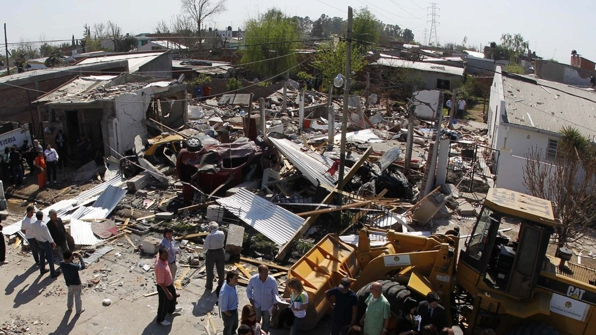 """Restos de la """"misteriosa explosión"""" que ha dejado un muerto y varios heridos en Buenos Aires (Argentina)."""