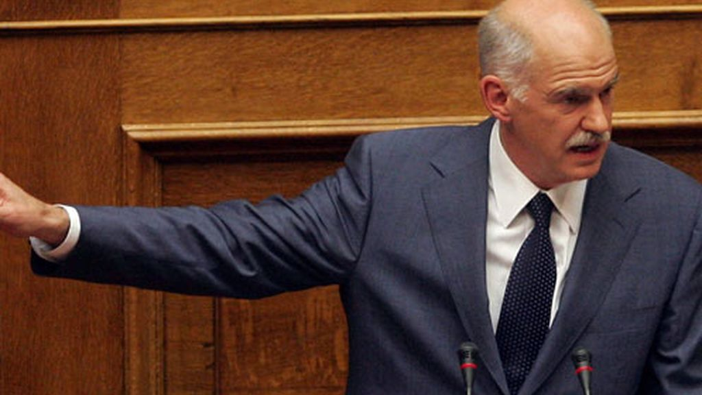 El primer ministro de Grecia, George Papandreou, habla a los miembros del gobernante partido socialista (Pasok) en el parlamento Atenas, Grecia.