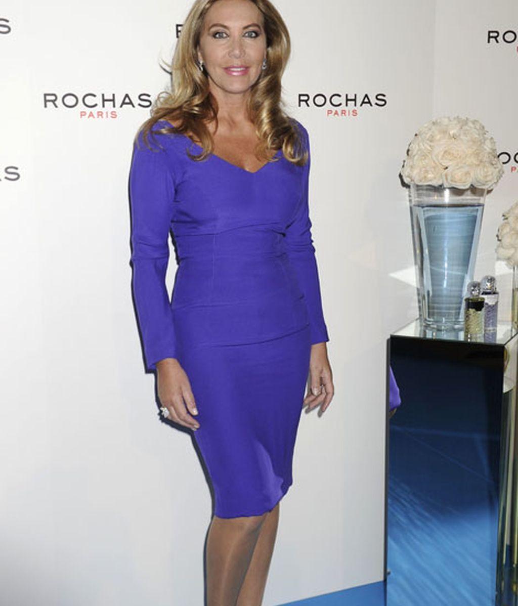 Norma Duval, con un elegante vestido morado con escote en V