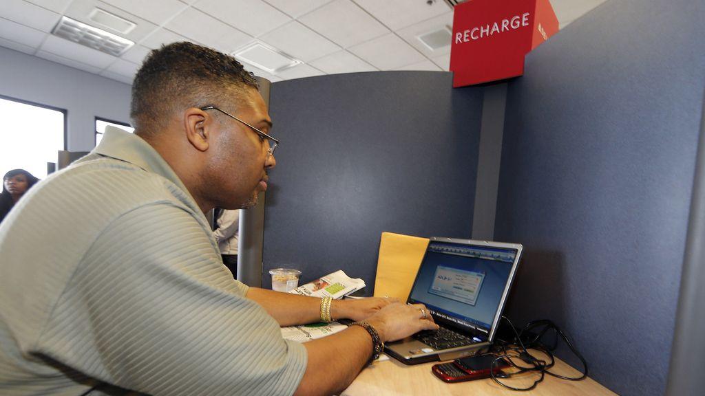 Un hombre consulta una página en un ordenador