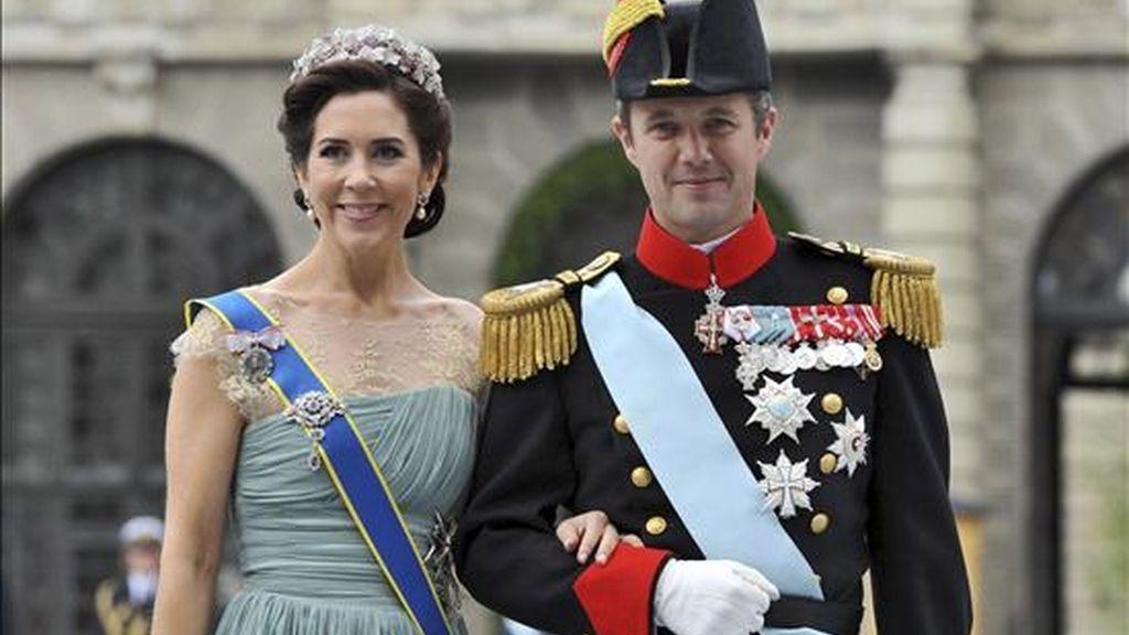 El príncipe heredero Federico de Dinamarca, y su mujer, la princesa Mary, llegan a la boda de la princesa heredera Victoria de Suecia y Daniel Westling, en Estocolmo (Suecia), el pasado 19 de junio. EFE/Archivo