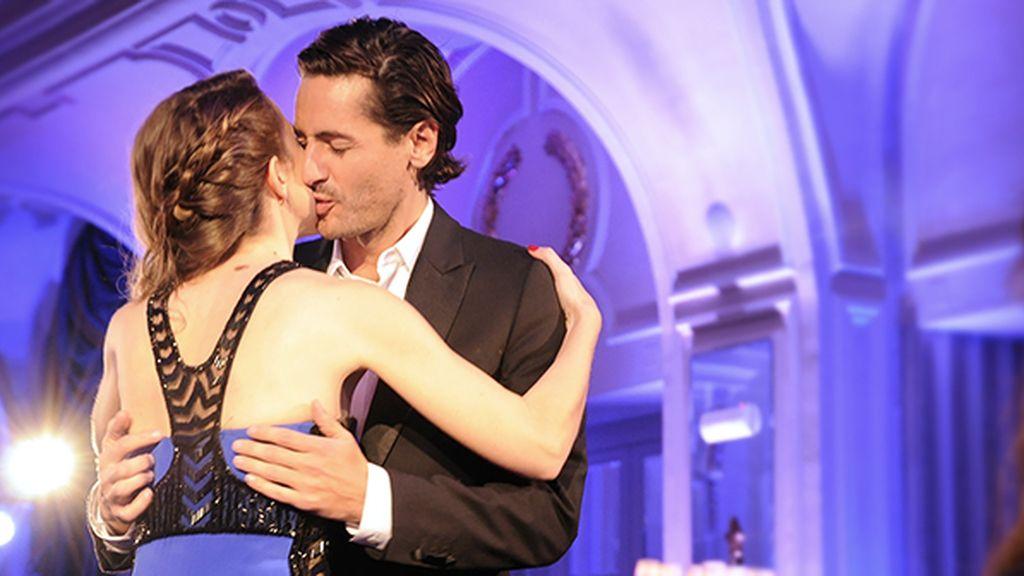 El emocionado beso de Juan Diego Botto a Silvia Abascal al recibir su premio al mejor actor de cine