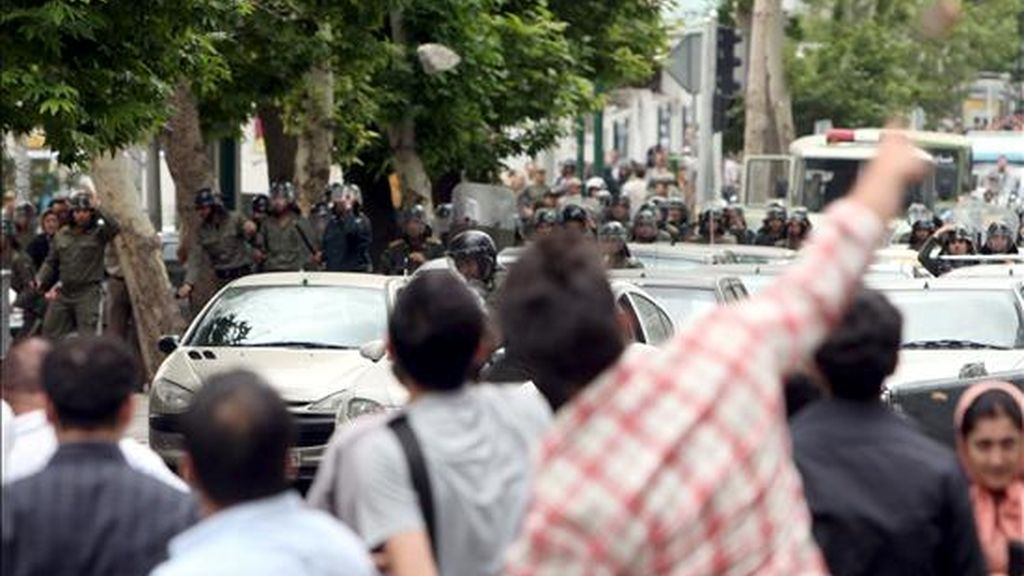 Varios iraníes durante los conflictos que han mantenido con la policía, hoy 13 de Junio, en las calles del norte de TEherán (Irán), despues de que el líder de la oposición acusara al Gobierno de fraude en las elecciones presidenciales. Varios miles de partidarios del candidato reformista Mir Husein Musaví se manifiestan hoy en el centro de Teherán para pedir la anulación de las elecciones presidenciales que dan la victoria al actual mandatario, el ultraconservador Mahmud Ahmadineyad. EFE