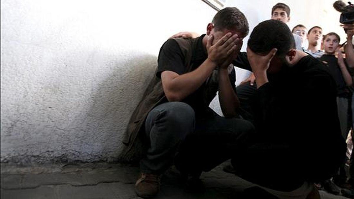 Familiares de tres militantes palestinos muertos lloraban el pasado 1 de junio en el Hospital Kmal Idwan de Jabaliya, norte de la Franja de Gaza. El ejército israelí mató a tres milicianos en un ataque aéreo cuando se disponían a lanzar cohetes contra territorio israelí desde el norte de la franja. EFE/Archivo