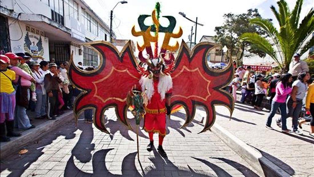 """Fotografía que muestra a un hombre disfrazado durante la """"Diablada Pillareña"""" que, parecida a la del Carnaval de Oruro (Bolivia), conserva viva una tradición singular, considerada como parte del acervo patrimonial de Ecuador. EFE"""