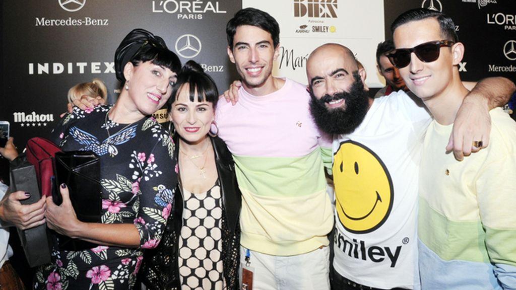 En el kissing room posamos junto a Rossy de Palma, María Escoté y Carlos Díez, vestidos con sudaderas de Modas Cabezón