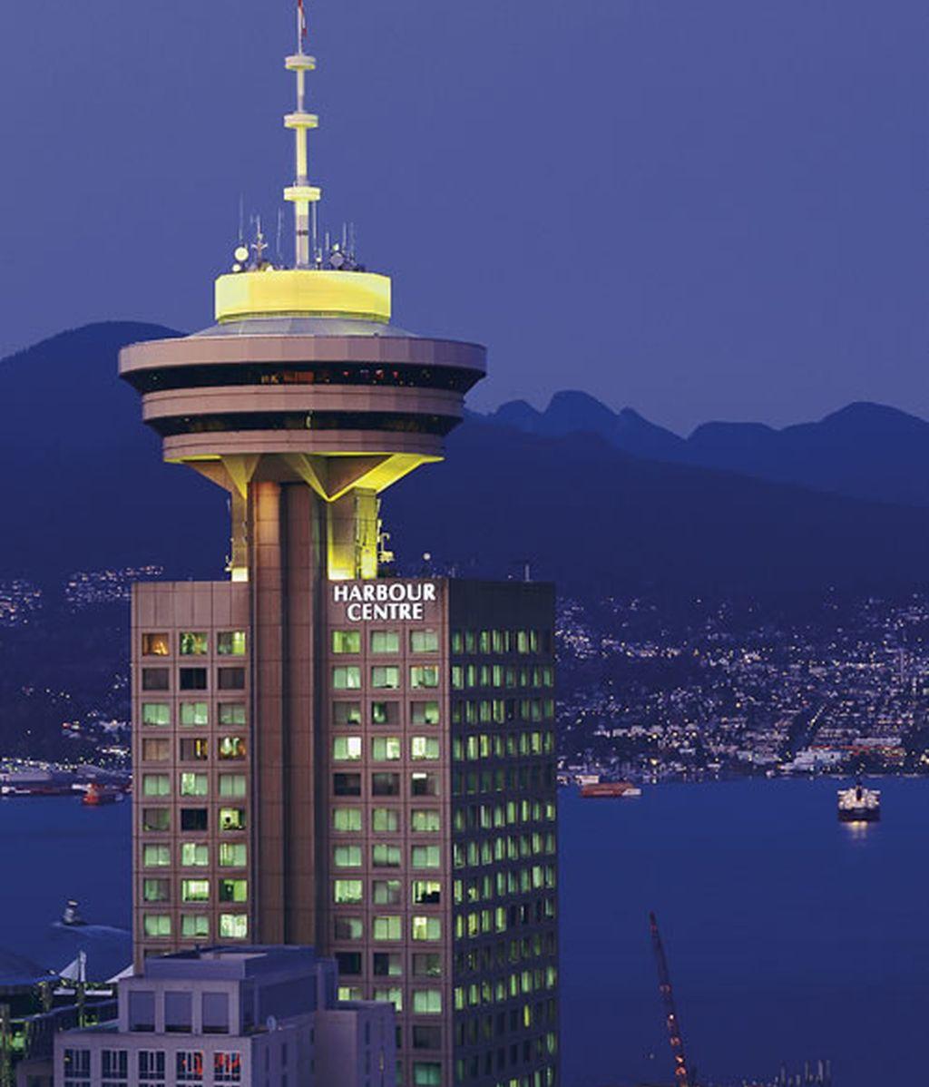 Un altísimo rascacielos en el cielo de Vancouver