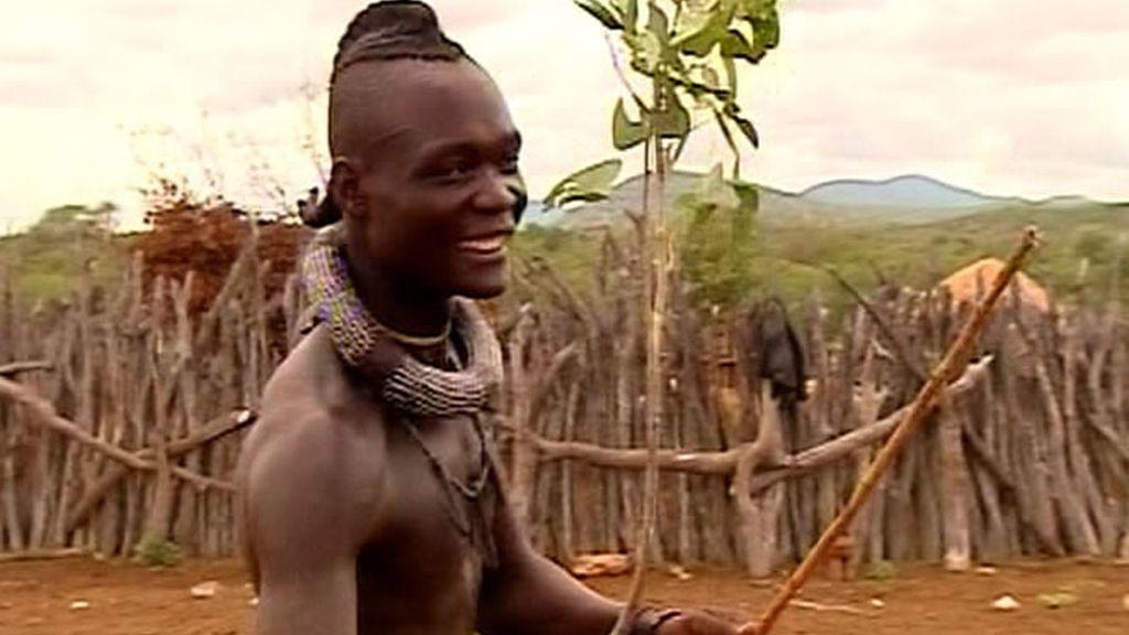 Los Carrión Roldán conocen otra de las costumbres himba, la pelea de palos