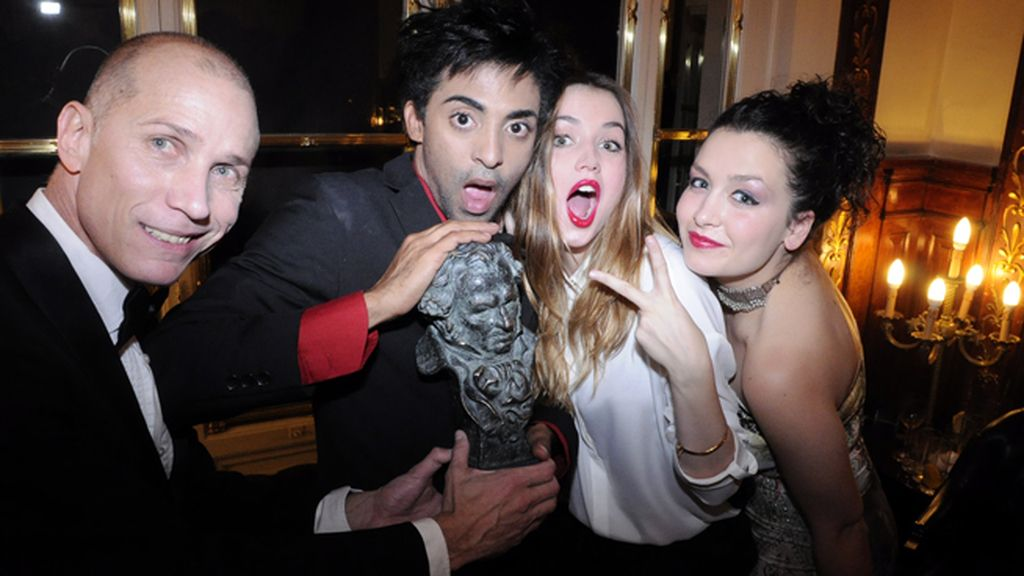 """Ana de Armas y parte del equipo de """"Juan de los muertos"""" celebrando el Goya a la mejor película latinoamericana"""
