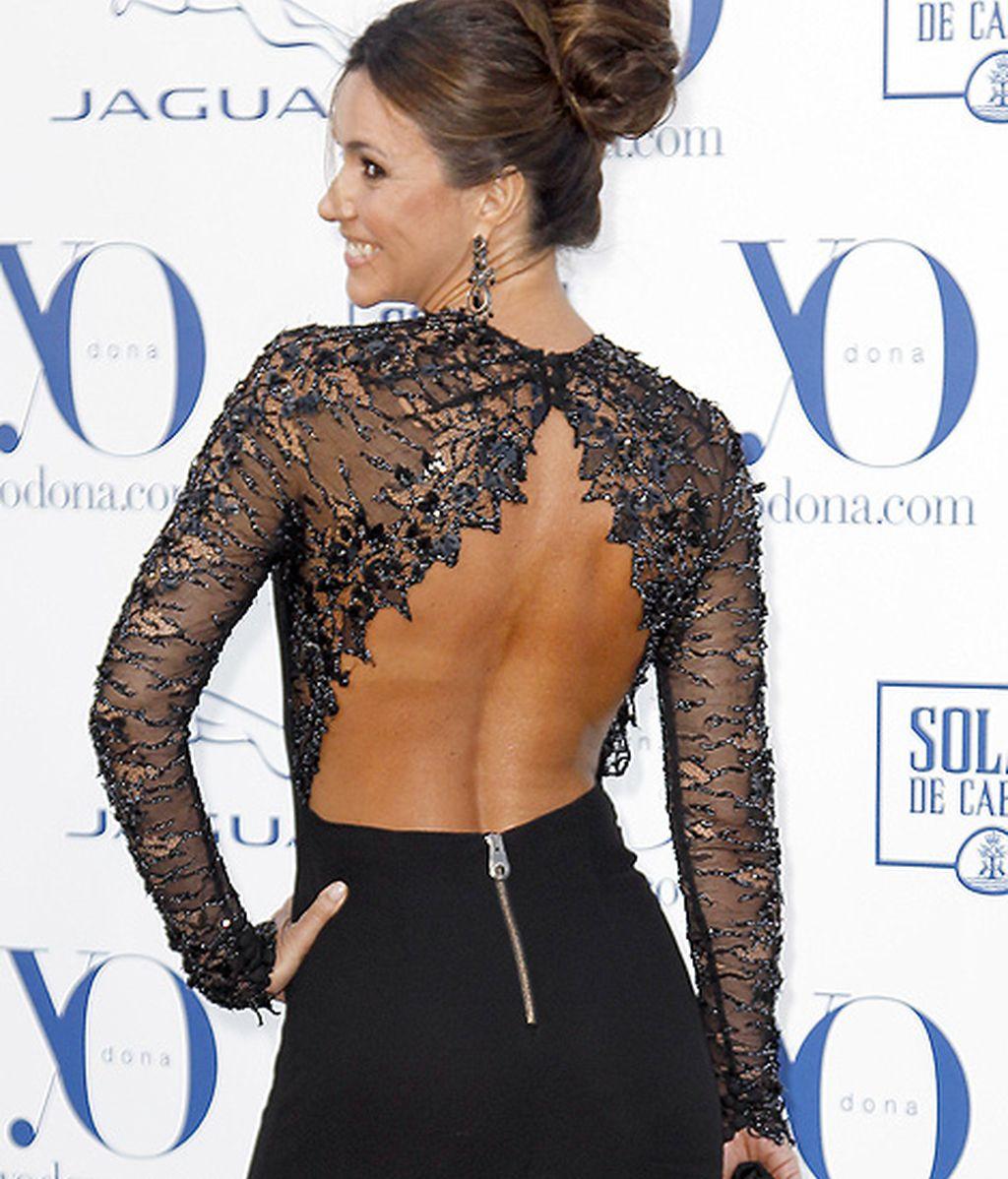 Arancha del Sol eligió un vestido negro con escote en la espalda y aberturas en las piernas