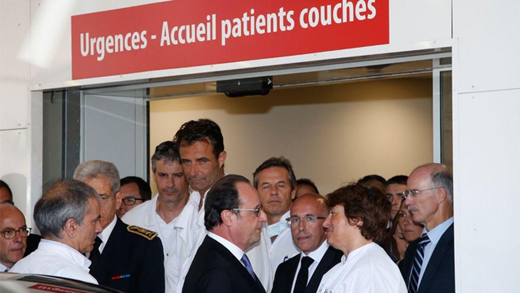 François Hollande visita a los supervivientes del atentado en los hospitales