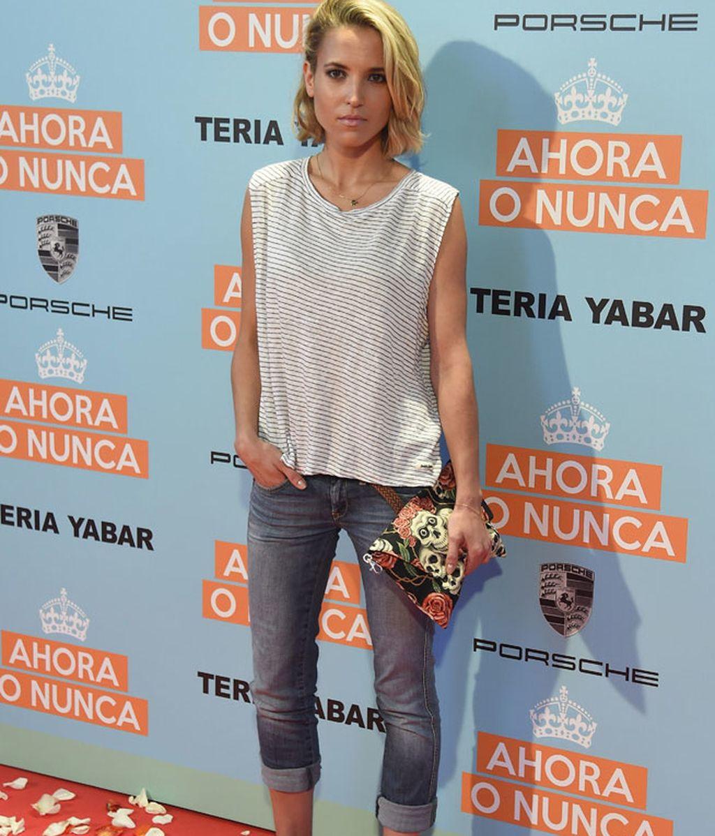 Ana Fernández acudió con un look casual de vaqueros y camiseta de rayas