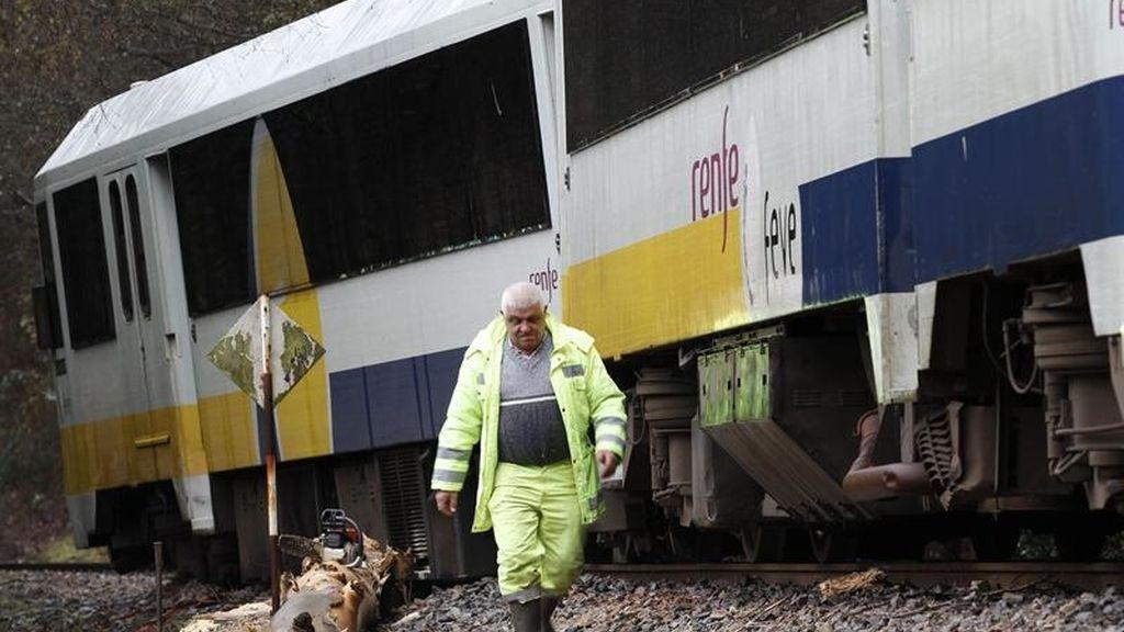 La borrasca provoca el descarrilamiento de un tren en Lugo
