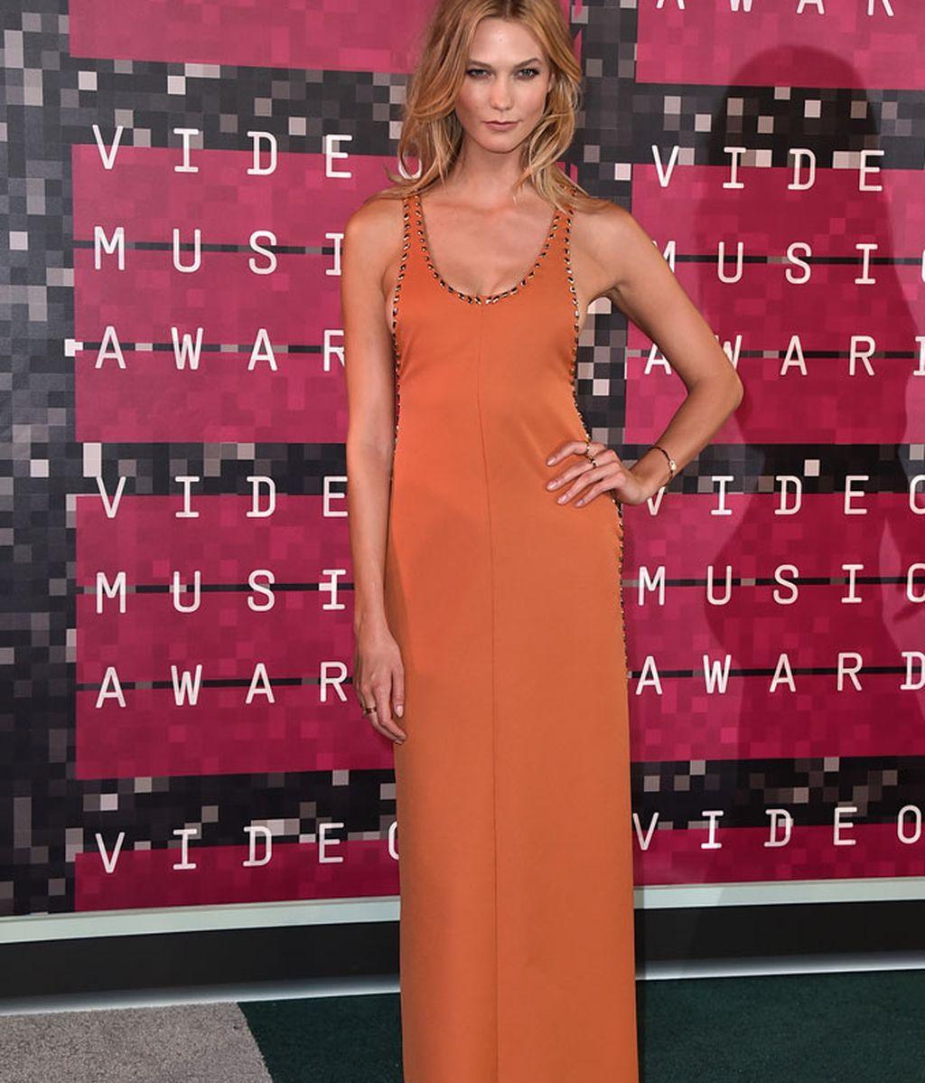 Karlie Kloss de Louis Vuitton y con sandalia plana