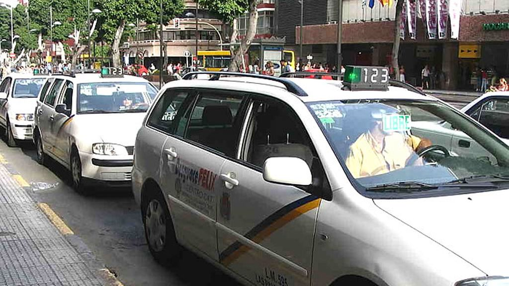 Un taxi espera a su cliente