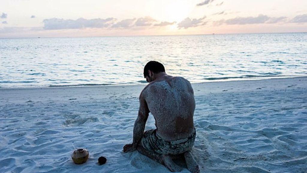 Miguel Ángel, lleno de arena, disfrutando del atardecer en la playa