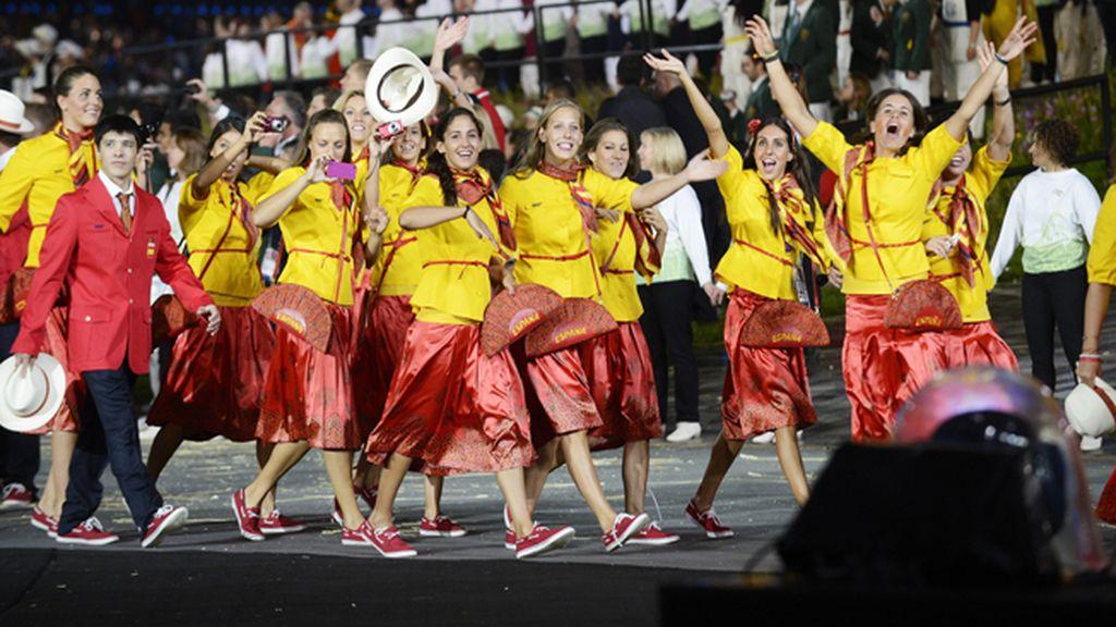 Deportistas de la delegación española con la polémica indumentaria diseñada por Bosco durante el desfile inaugural de los Juegos Olímpicos de Londres 2012