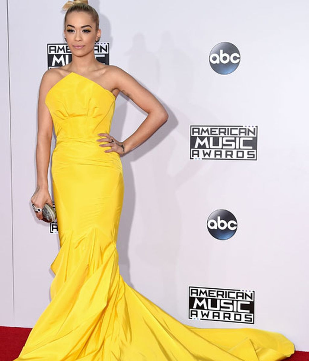 Rita Ora, de llamativo amarillo de la firma Zac Posen