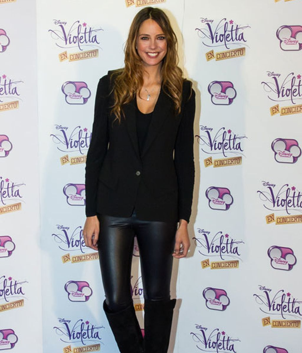 La modelo Estefanía Luyk, con un look 'total black'
