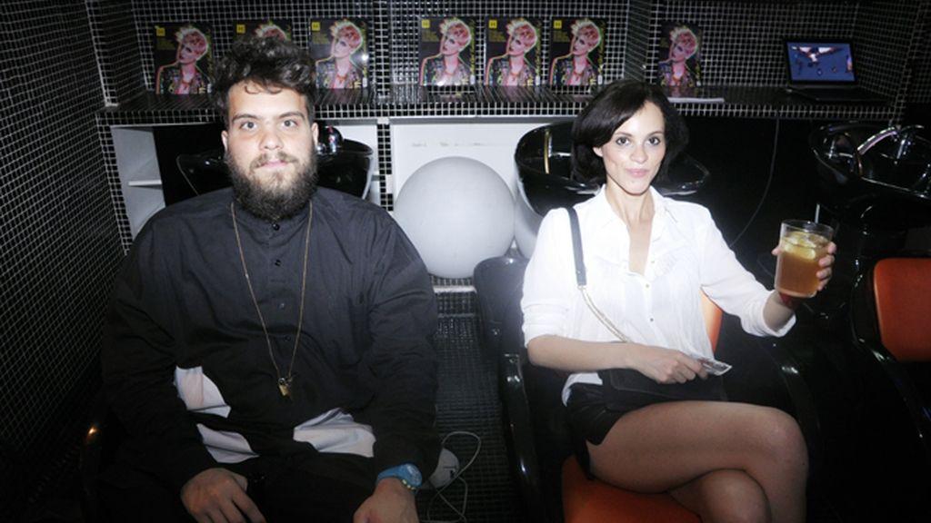 Walter Diaprile y Nss Mag disfrutaron de los cocteles sentados en los lavaderos de cabeza