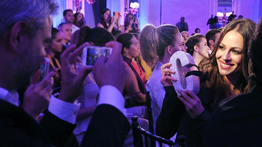 Eva González no dudó en retratarse con su premio para compartirlo con sus seguidores en las redes sociales