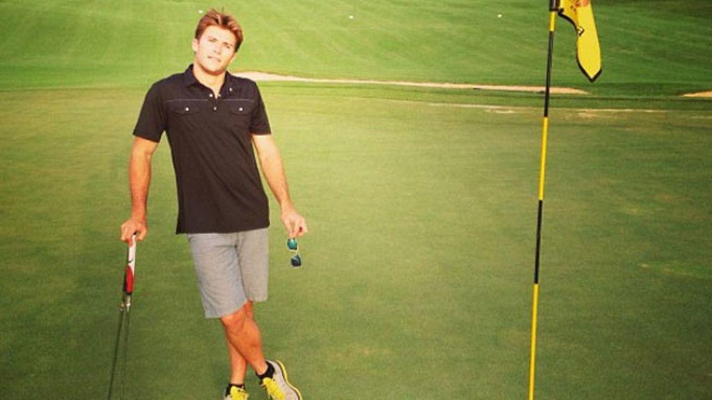 Además de deportes acuáticos, también juega al golf con sus amigos
