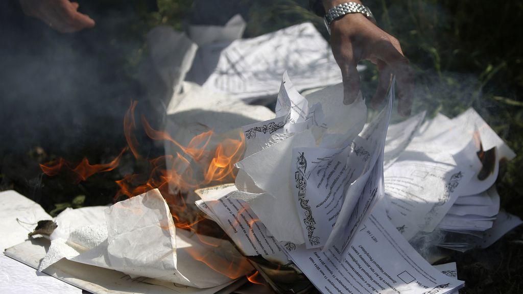 Soldados ucranianos queman papeletas