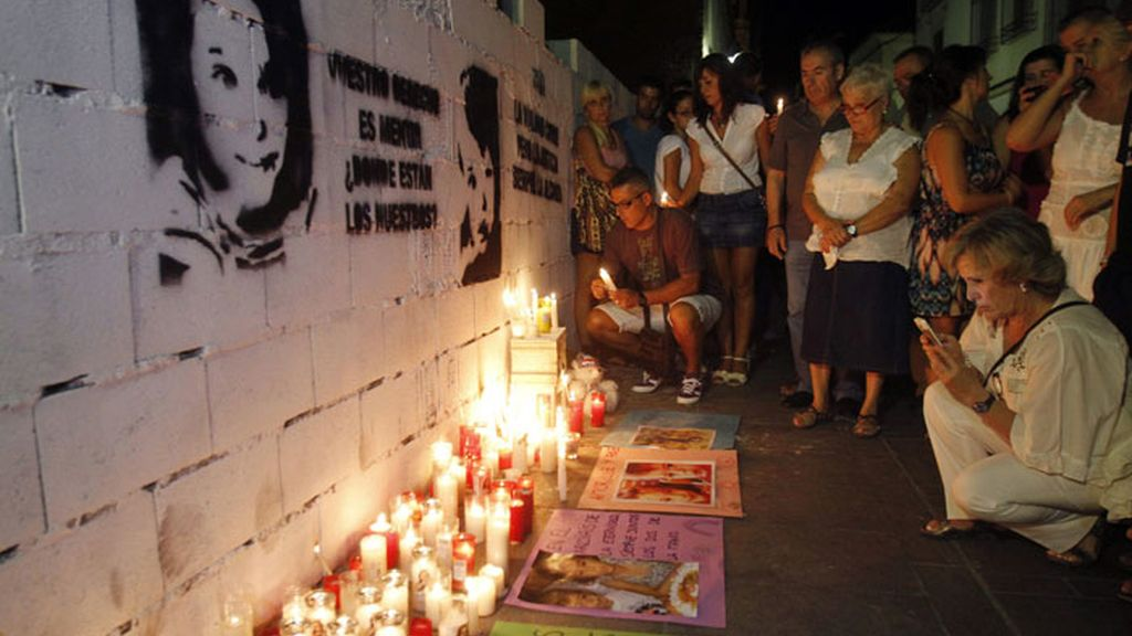 Más de un centenar de personas enciende velas por Ruth y José en Córdoba