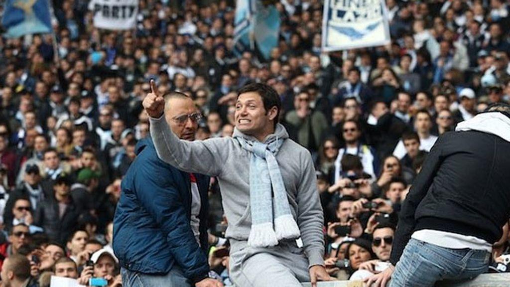 Mauro Zárate, subido a la valla con los radicales de la Lazio