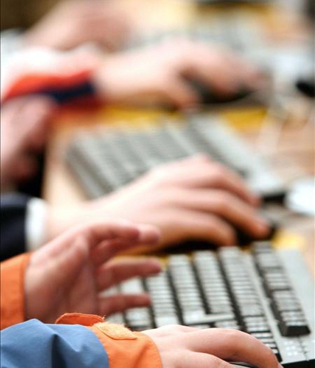 Detalle de la mano de un niño jugando con un ordenador. EFE/Archivo