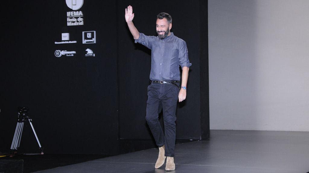 Juanjo Oliva saludando tras el desfile de su vigésima colección