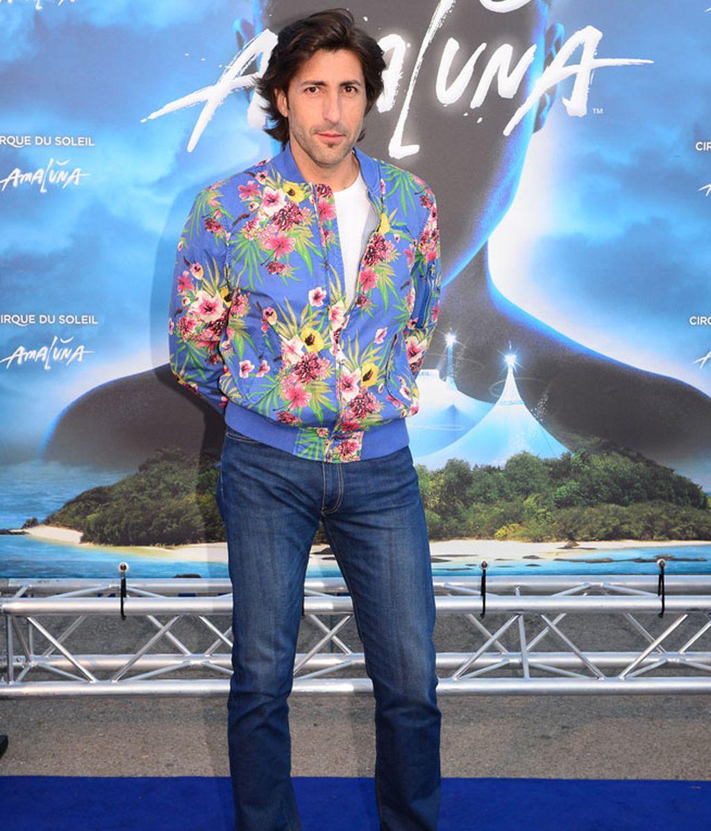 El presentador Fernando Ramos, con chaqueta de flores