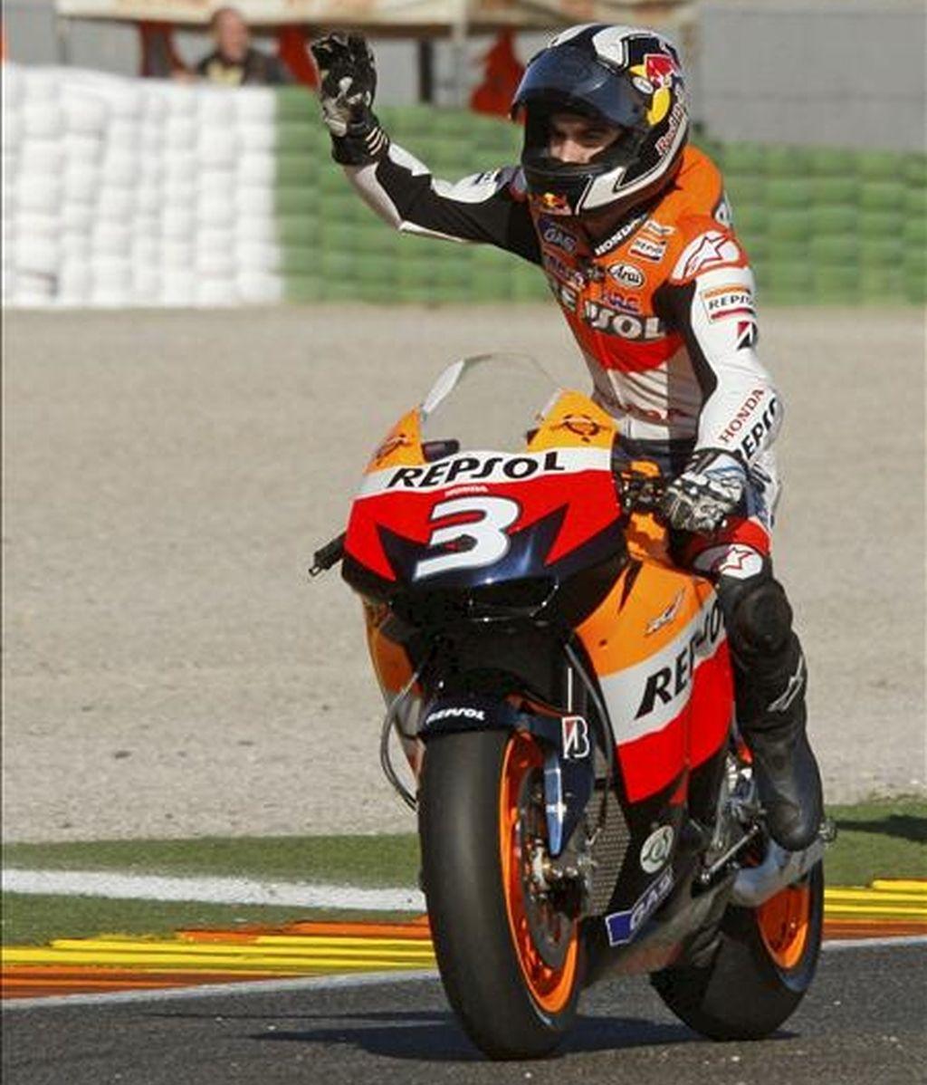 """El piloto español de Moto GP Daniel Pedrosa celebra su victoria en el Gran Premio de la Comunidad Valenciana, hoy en el circuito """"Ricardo Tormo"""" de Cheste. EFE"""