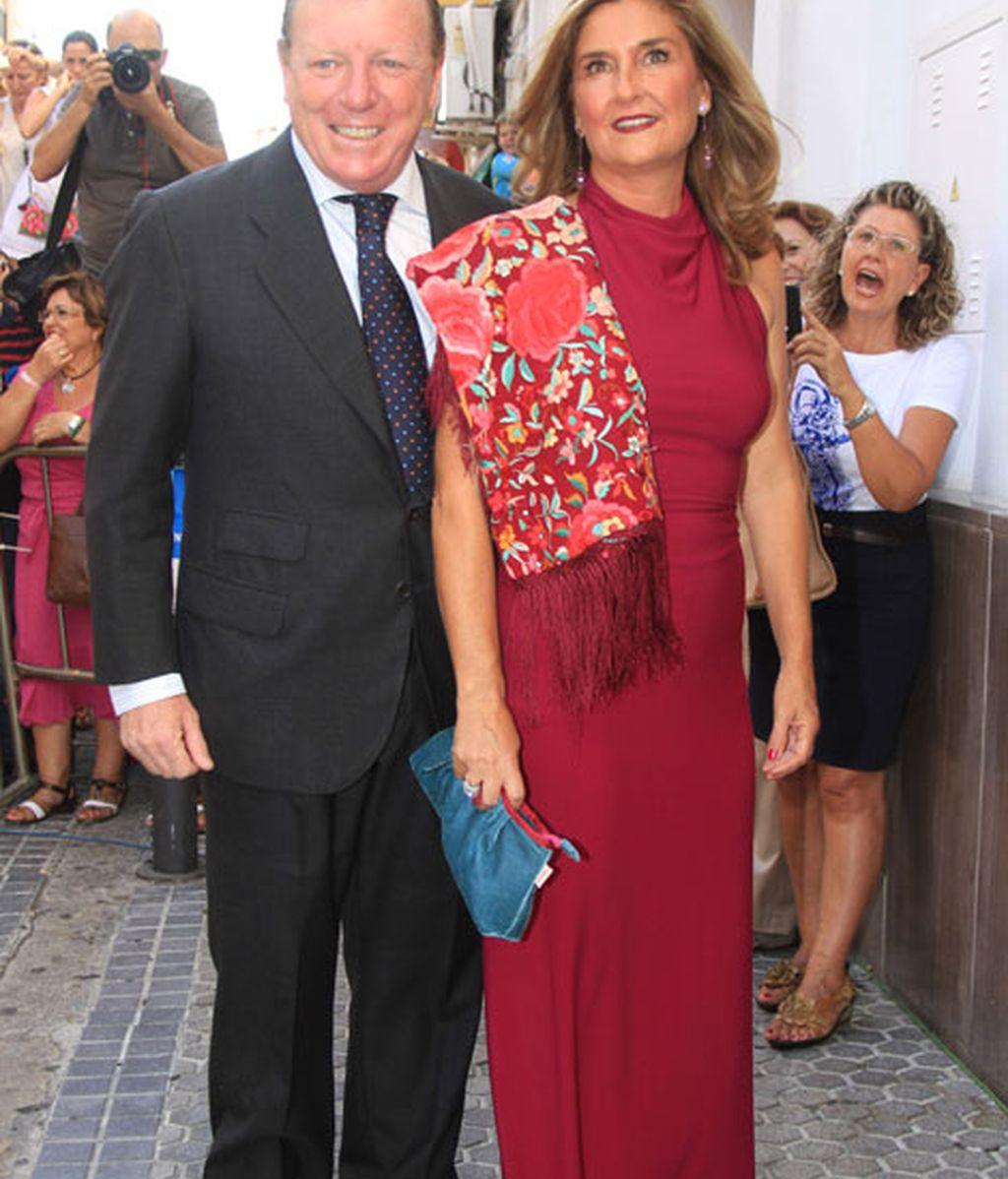 El humorista César Cadaval, acompañado por su mujer