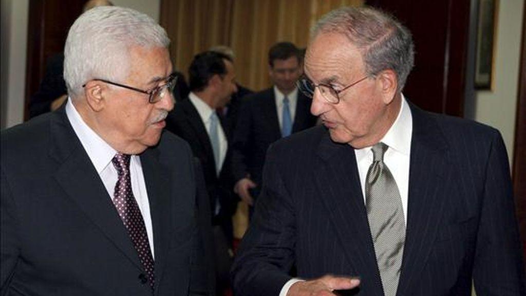 Fotografía cedida por la Autoridad Nacional Palestina que muestra al presidente palestino, Mahmud Abás (i), dando la bienvenida al enviado especial de EEUU para la paz en Oriente Medio, George Mitchell (d). EFE