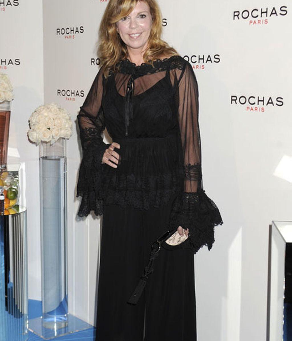 Belinda Washington, vestido y zapatos negros