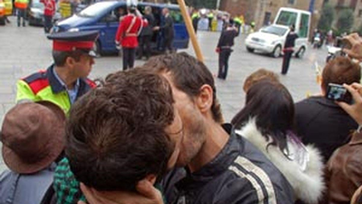 Centenas de homosexuales se besan al paso del Papa por las calles de Barcelona. VIDEO: ATLAS
