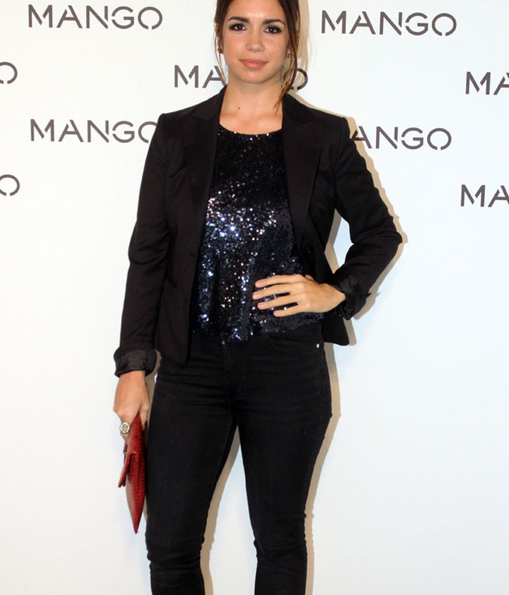 La actriz Elena Furiase, de total 'black' con camiseta de lentejuelas