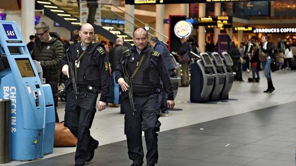 Miembros de la policía danesa patrullan por el aeropuerto de Dinamarca