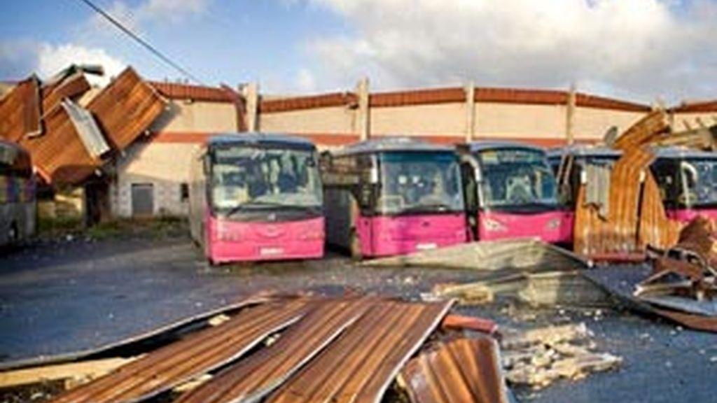 Las fuertes rachas de viento que se registraron en la comunidad gallega ocasionaron numerosos destrozos. Foto: EFE.