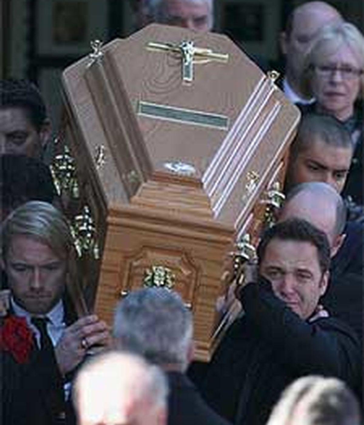Los miembros de Boyzone portan el ataúd de Stephen. Foto: The Daily Mail
