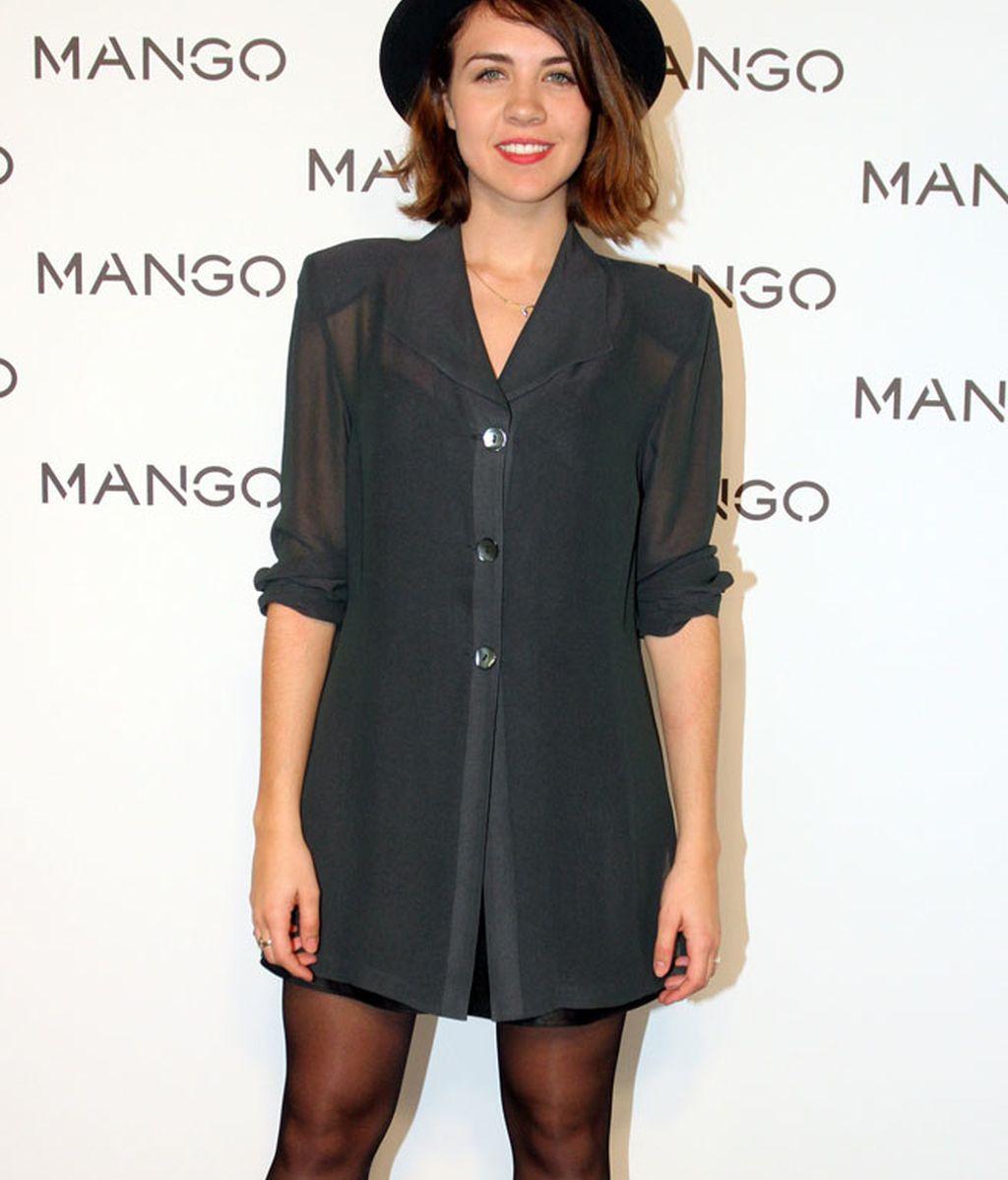 La actriz Andrea Guash acudió con un vestido camisero y sombrero