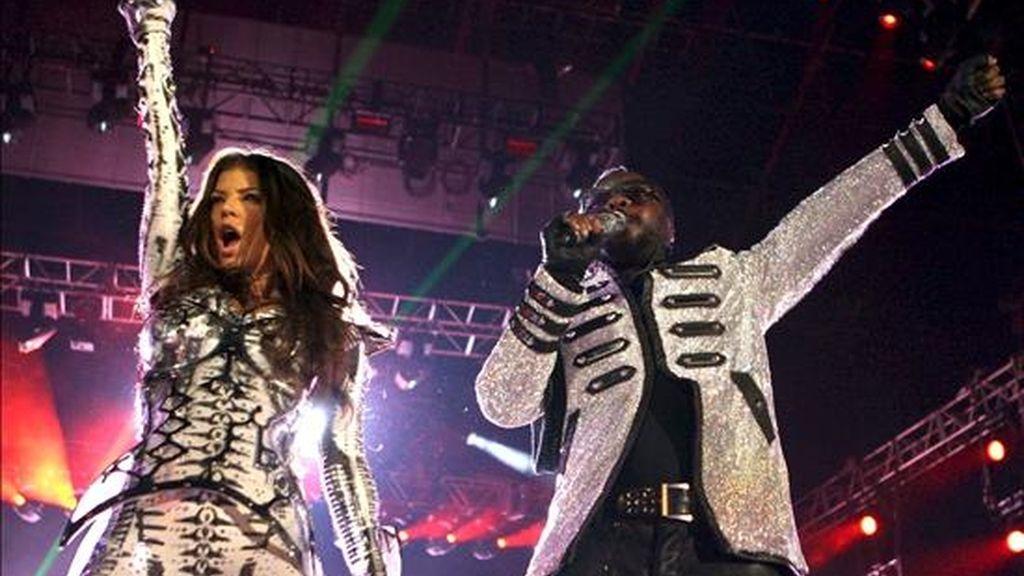 Los integrantes del cuarteto californiano The Black Eyed Peas, Fergie (i) y Will.i.am, durante el concierto que el grupo ha ofrecido en el estadio del R.C.D. Espanyol, que se estrena como escenario de conciertos, ante cerca de 35.000 personas. EFE