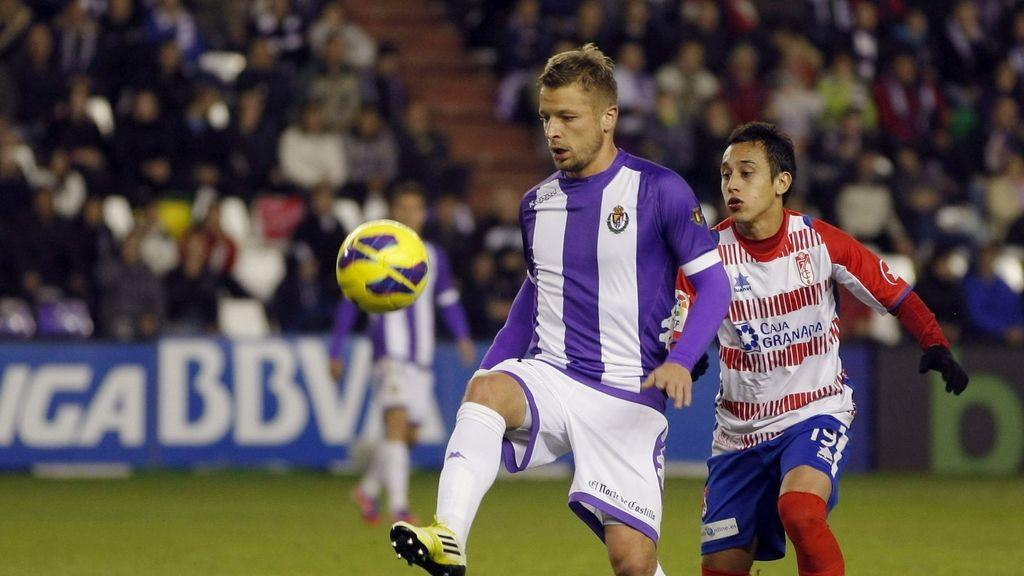 El centrocampista chileno del Granada, Fabián Orellana, presiona al centrocampista alemán del Valladolid, Patrick Ebert
