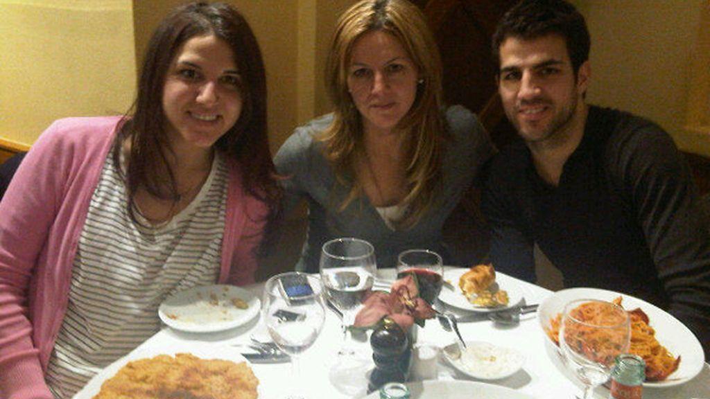 Con su madre y su hermana, en una foto subida por él en Twitter