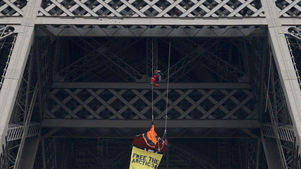 Un activista de Greenpeace se cuelga de la Torre Eiffel