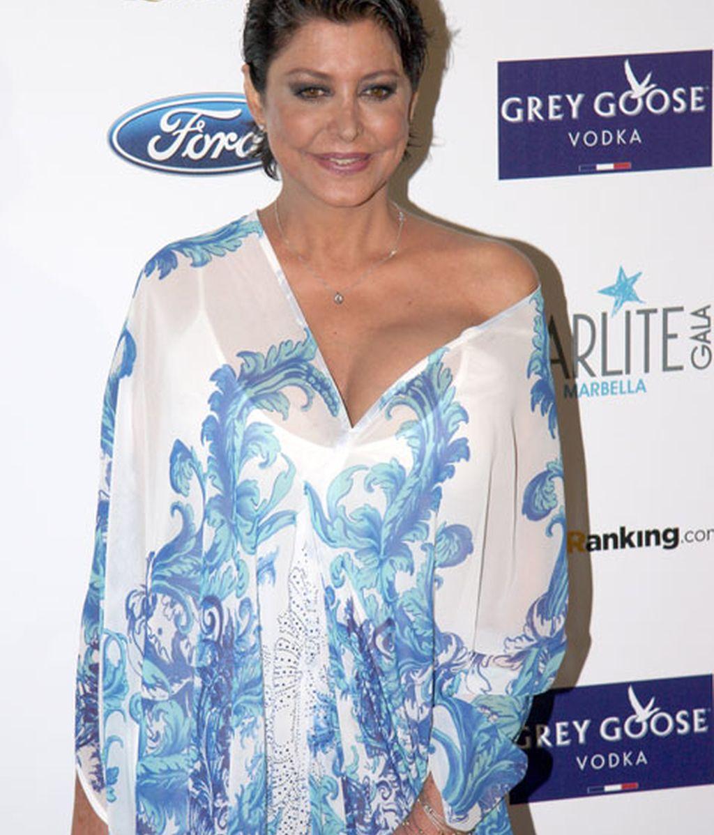 María Pineda lució un vestido vaporoso blanco y tonos azules