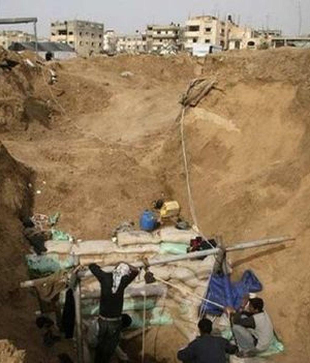 Varios palestinos trabajan en Rafah en la reconstrucción de uno de los túneles dañados durante la operación de Israel en Gaza. Vídeo: ATLAS