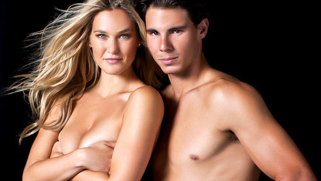 La modelo y el tenista muestran las últimas tendencias en bikinis para este verano 2012, pero no mirarlos resulta difícil.