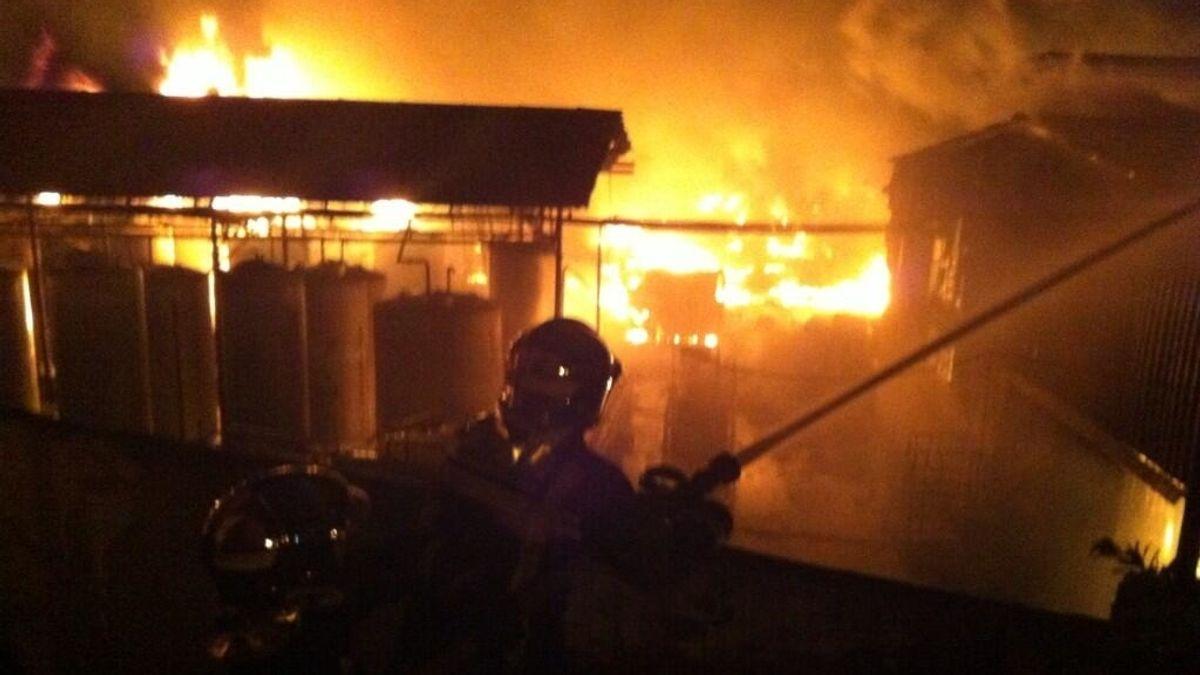 Impresionante incendio en una fábrica de disolventes en Arganda del Rey